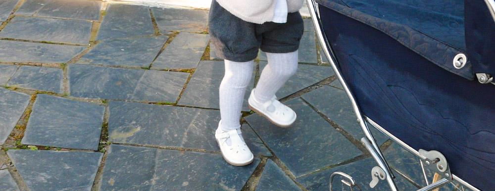 Fille portant des chaussures boni Henry blanches