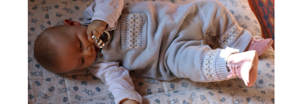 bebe qui est habillé